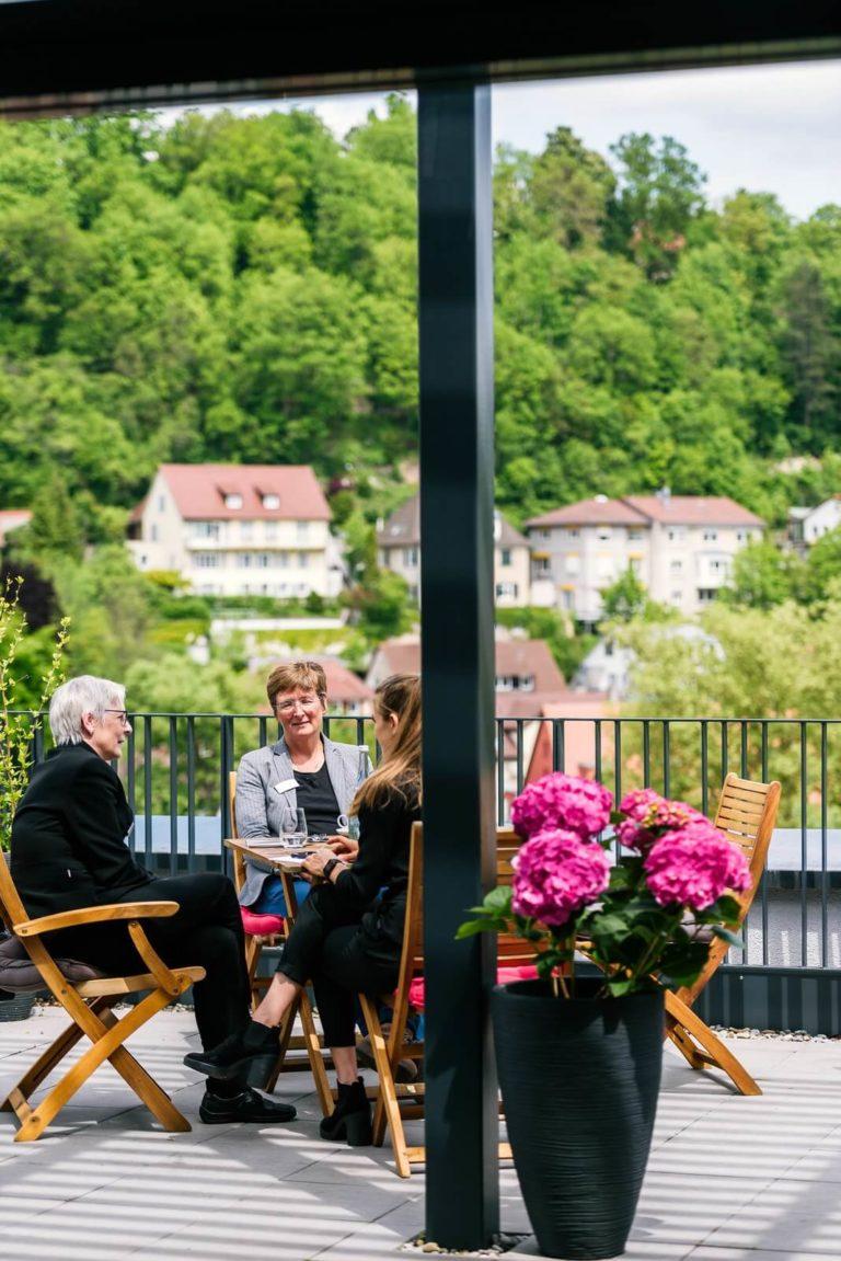 Individuelle Gespräche auf der Terrasse